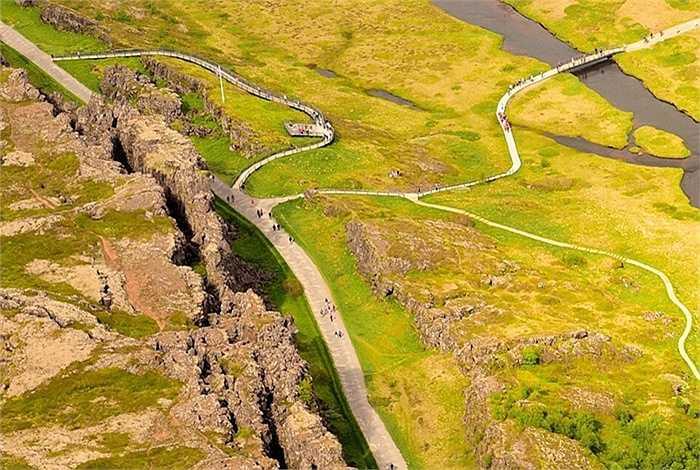 Vết nứt này nằm trên dãy núi Mid Atlantic Ridge là dãi núi dài nhất trên thế giới nhưng đại bộ phận dãy núi này bị nhấn chìm dưới nước biển Đại Tây Dương