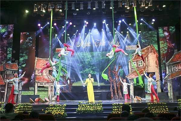 Đêm nhạc là bản anh hùng ca bất diệt nhắc nhớ một thời toàn dân đi theo tiếng gọi của Đảng, Bác Hồ làm kháng chiến