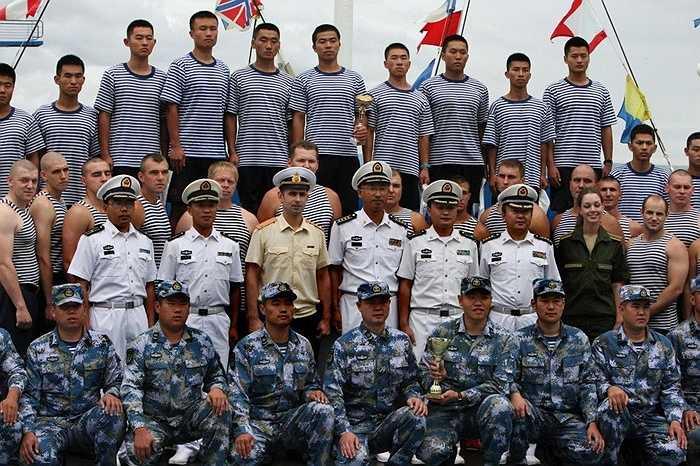 Các thủy thủ Nga và Trung Quốc chụp ảnh chung ở Vladivostok