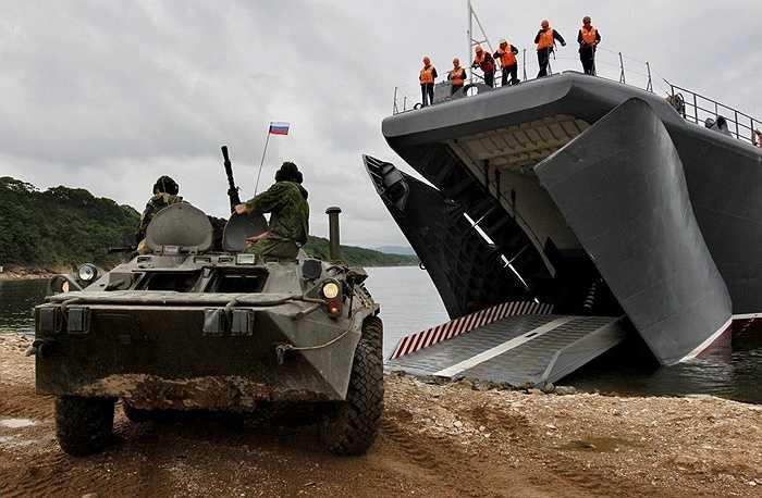 Xe bọc thép đổ bộ từ tàu Peresvet