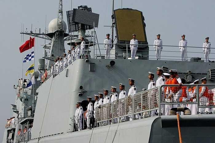 Các thành viên trên tàu khu trục Shenyang của Trung Quốc