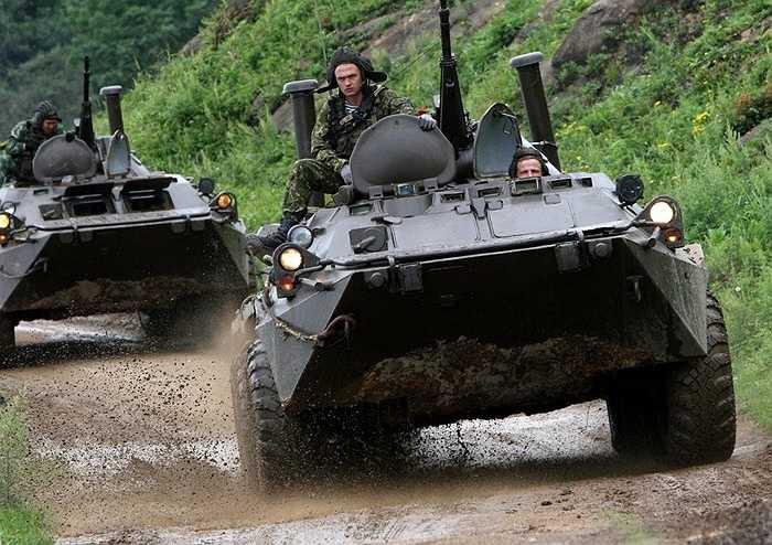 Xe bọc thép BTR-80 vượt chướng ngại vật sau khi đổ bộ từ tàu Peresvet