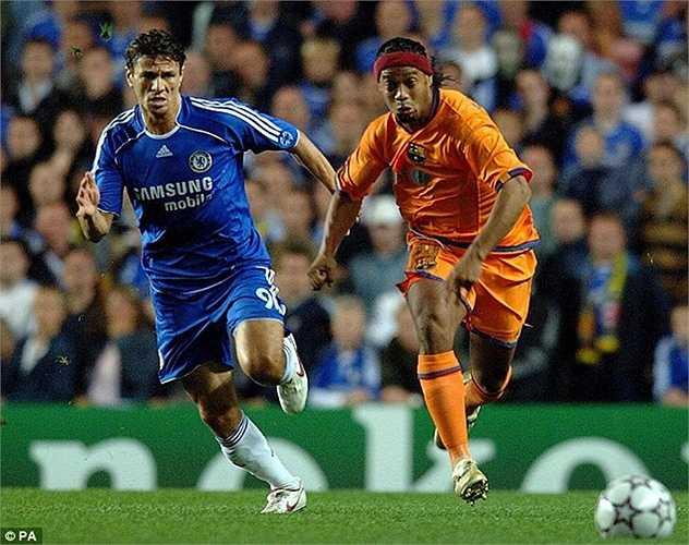 Boulahrouz ở Chelsea 2 năm nhưng ra sân vỏn vẹn 13 trận. Với cái giá 9 triệu bảng, trung vệ người Hà Lan có giá lên tới 690.000 bảng mỗi lần thi đấu