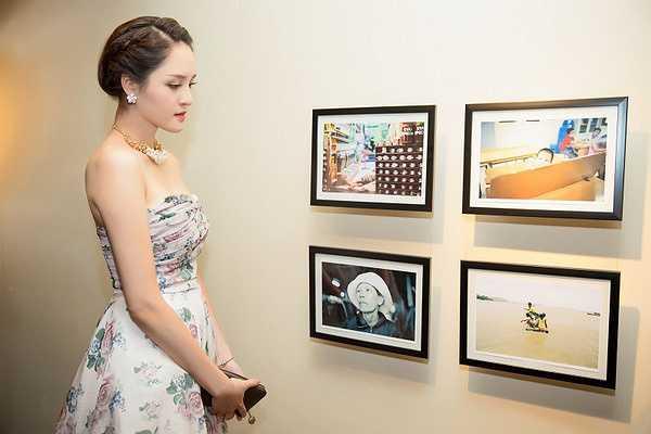 Hoàng Anh diện váy hoa cúp ngực do Hoa hậu Ngọc Hân thiết kế, khoe bờ vai trần nuột nà và nhan sắc tươi trẻ.