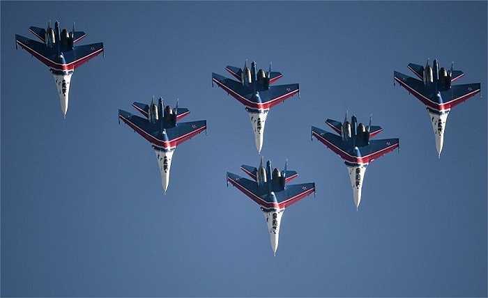 Khách thăm quan sẽ có cơ hội để chiêm ngưỡng các màn biểu diễn nhào lộn của máy bay Su-30, Su-27, MiG-29, Yak-130, L-39, Yak-52, Yak-54 và máy bay trực thăng Mi-28