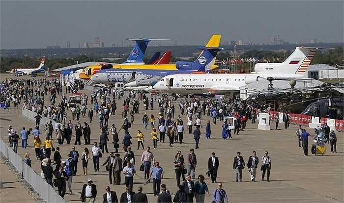 Dàn máy bay dân dụng và trực thăng trưng bày trong triển lãm