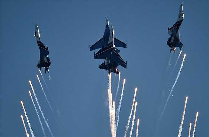 Phi đội tiêm kích nhào lộn 'Hiệp sĩ Nga' trình diễn khai mạc triển lãm