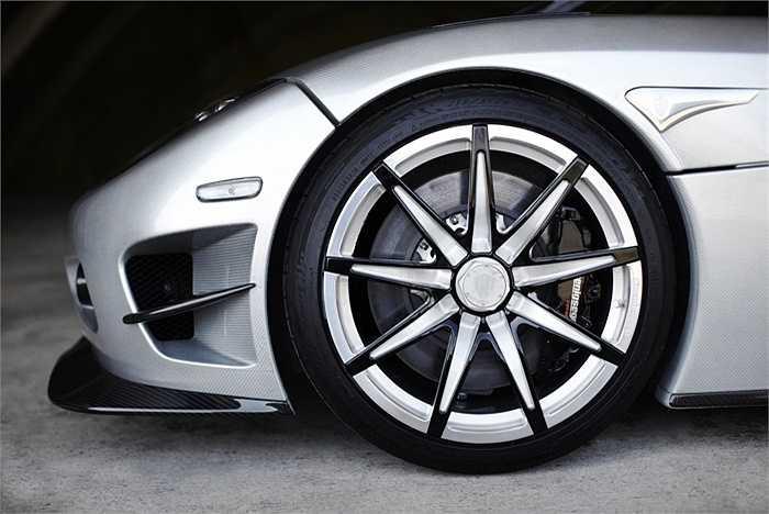 Koenigsegg CCXR Trevita trang bị cần chuyển số, hệ thống ống xả Inconell, bộ má phanh bằng carbon ceramic, hệ thống thủy lực và một loạt trang thiết bị tiện nghi.
