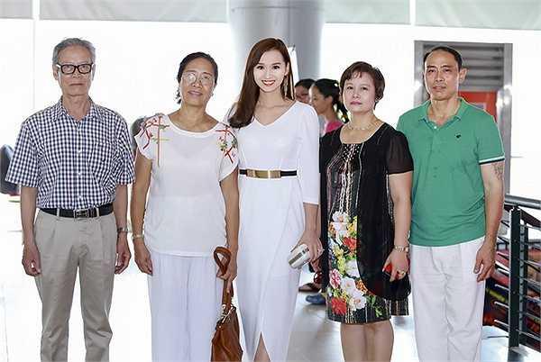 Đoàn phim 'Người trở về' đã có buổi công chiếu chính thức tại Hà Nội. Đây là tác phẩm đánh dấu dự trở lại của Lã Thanh Huyền trên màn ảnh sau 2 năm nghỉ sinh con trai