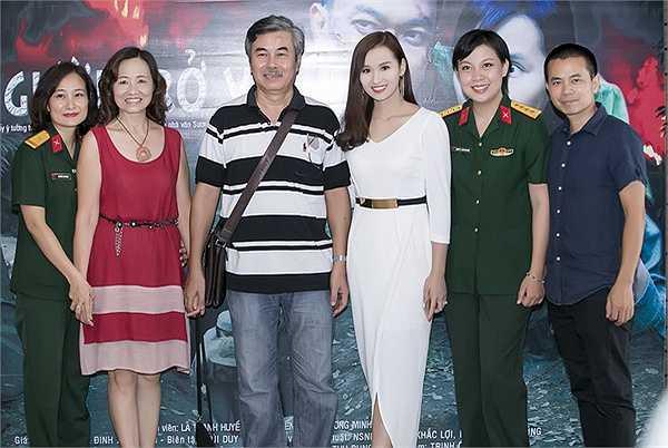 'Người trở về' do Hãng phim Điện ảnh Quân đội sản xuất, đạo diễn Đặng Thái Huyền chỉ đạo và biên kịch Nguyễn Thu Dung viết kịch bản dựa trên cuốn 'Người về bến sông Châu' của nhà văn Sương Nguyệt Minh.