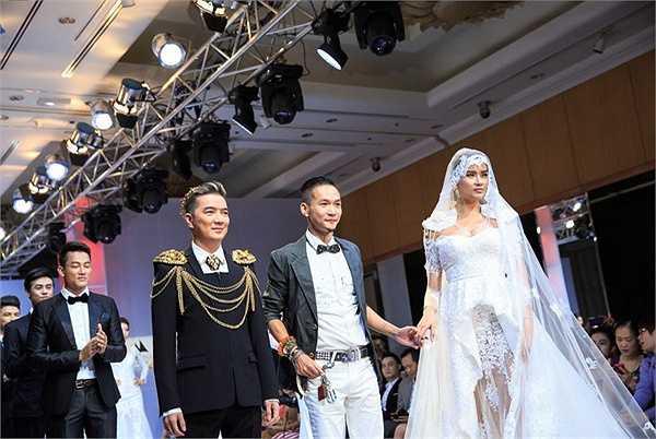 Anh xuất hiện nổi bật trong một bộ trang phục ấn tượng mang phong cách Châu Âu, được thiết kế hệt như một ông hoàng thực thụ.