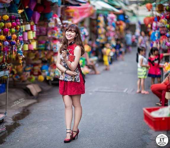 Cô cũng nhiếp ảnh gia Hùng Quốc Thái đã chọn Phố lồng đèn ở Lương Nhữ Học (TP.HCM) để chụp bộ ảnh đón Trung thu ghi lại khoảnh khắc đẹp nhất.