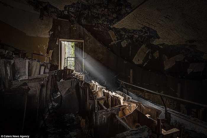 Phòng xem phim bị phá hủy theo thời gian
