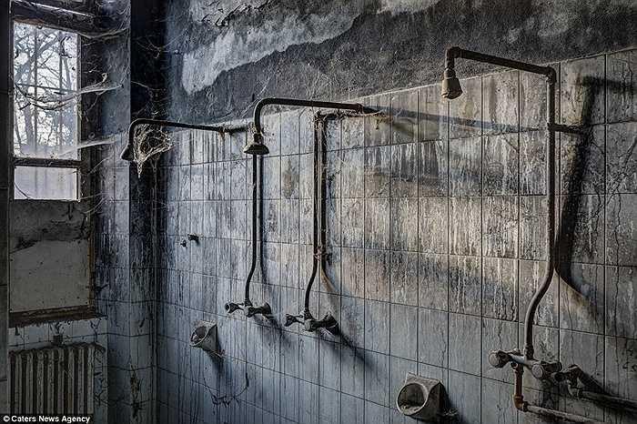 Khu nhà tắm đầy mạng nhện
