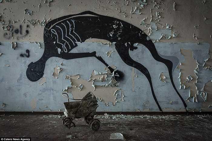 Những bức tranh tường bong tróc theo thời gian