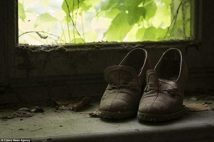 Một đôi giày còn sót lại sau khi tòa nhà bị bỏ hoang