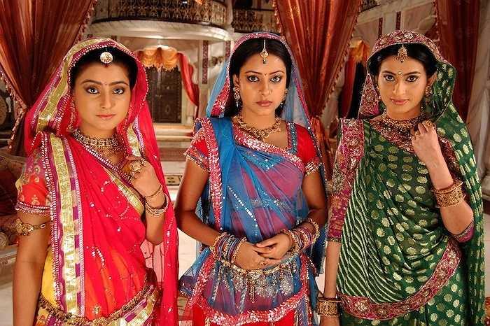 Phục trang, phụ kiện của các diễn viên trong Cô dâu 8 tuổi đóng một vai trò hết sức quan trọng, để nói lên một phần đặc trưng về văn hóa của con người Ấn Độ. Sari (Saree) là trang phục truyền thống của người Ấn Độ dành cho phụ nữ ở mọi lứa tuổi.