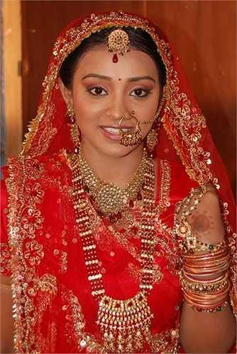 Vòng bắt buộc phải làm bằng vàng, trên có đủ 9 viên đá quý gồm đá đỏ và đá trắng. Bất cứ cô gái người Ấn nào muốn đẹp hoàn hảo đều phải chịu đau đớn xỏ khuyên mũi trước ngày cưới.