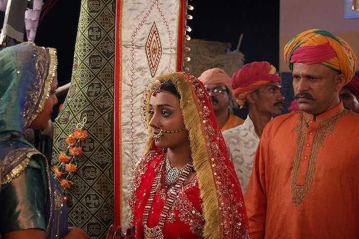 Màu sắc Sari giúp nhận biết hoàn cảnh của người mặc nó: phụ nữ góa chồng thường mặc sari trắng và không đeo trang sức; Phụ nữ có thai sẽ mặc sari màu vàng trong 7 ngày; người đạo Hồi mặc Sari màu xanh và Sari màu xanh da trời tượng trưng cho những phụ nữ đẳng cấp thấp.
