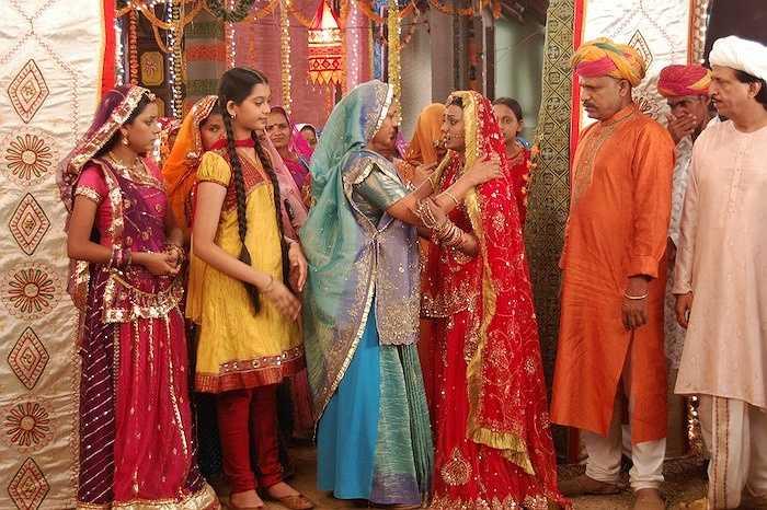 Cô dâu trong ngày cưới thường mặc Sari màu đỏ thêu chỉ vàng.