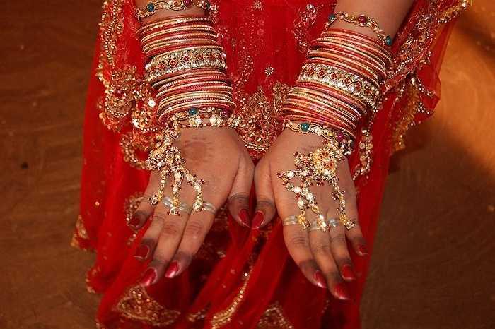 Nhẫn, mề đay đeo trán của người Ấn được thiết kế vô cùng tỉ mỉ và đính nhiều loại đá quý.