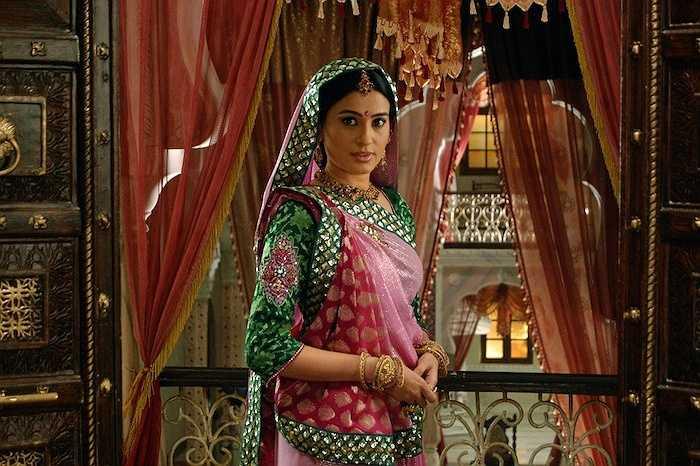 Vòng đeo mũi là một loại trang sức khá kì lạ nhưng không thể thiếu trong những đám cưới ở Ấn Độ. Chiếc vòng này biểu tượng cho sự trong trắng của cô dâu.