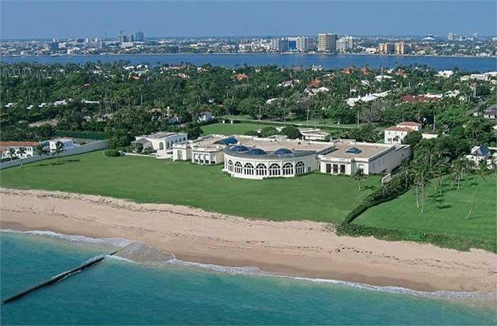 """Maison de l'Amitié là căn biệt thự nằm bên bờ biển Palm, Florida thuộc sở hữu của Donald Trump. Căn biệt thự với cái tên """" Ngôi nhà của tình bạn"""" rộng 5400 mét vuông, thiết kế sang trọng, nội thất được dát vàng và kim cương tỉ mỉ. Ngoài ra còn có gần 50 gara ô tô để phục vụ nhu cầu của chủ nhân."""