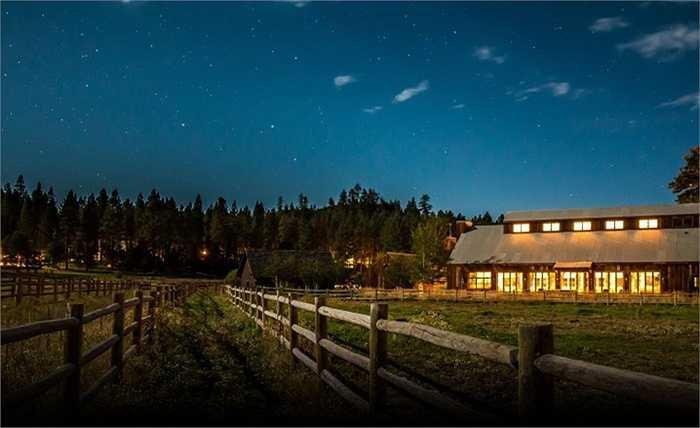 Shakespeare Ranch, đặt theo tên nhà soạn kịch người Anh William Shakespeare được bán với giá 98 triệu USD. Với diện tích trên 500000 mét vuông, 17 cabin dành cho khách, một trang trại ngựa, một bể bơi trong nhà và một bến tàu gần 100 mét, dễ dàng có thể hiểu tại sao khu nhà lại có mức giá khó tin đến vậy.