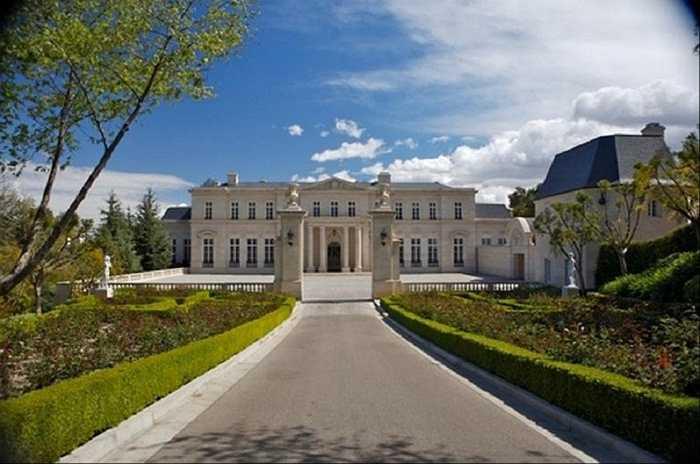 Fleur de Lys Mansion, được bán với giá 102 triệu USD vào tháng 3 năm 2014, xứng đáng là căn biệt thự đắt nhất hạt Los Angeles, California. Căn biệt thự với 12 phòng ngủ, 15 phòng tắm mô phỏng lâu đài Pháp Vaux le Vaux le Vicomte có một hầm rượu vang rộng gần 300 mét vuông, một thư viện hai tầng, một nhà hàng và phòng khiêu vũ sang trọng.