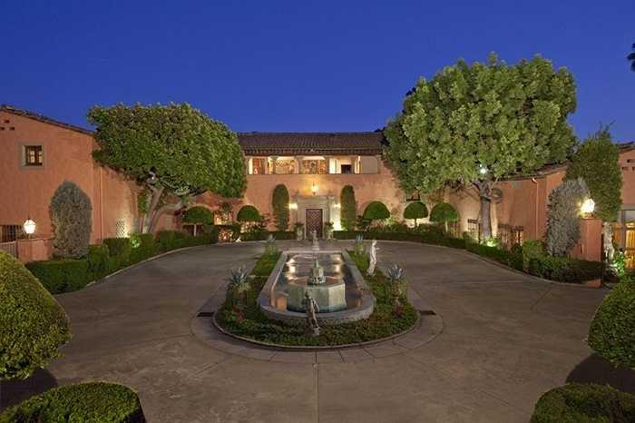 Beverly House đã quá nổi tiếng trong giới giàu có. Đó là một dãy các tòa nhà đang được bày bán. Nếu bán thành công, giá của Beverly House sẽ vượt qua cả căn biệt thự Fleur de Lys, căn biệt thự đất nhất được bán ở Los Angeles. Chủ sở hữu hiện tại, Leonard Ross cho biết phải dành ít nhất 2 giờ để thăm quan toàn bộ khu biệt thự.