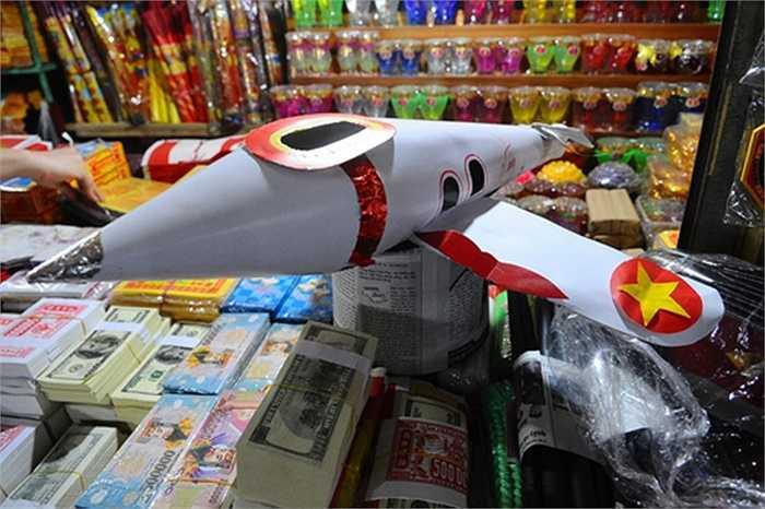 Máy bay giá hơn nửa triệu cũng được các gia đình sắm dịp Ràm tháng 7. Thậm chí, có người cẩn thận còn mua cả 'bằng lái'