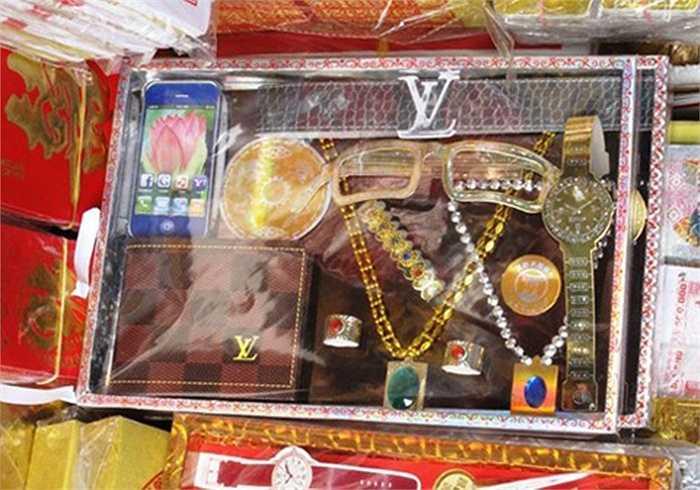 Các set đồ hàng hiệu thế giới cũng được bày bán nhiều ở Hàng Mã, Hoàn Kiếm, Hà Nội