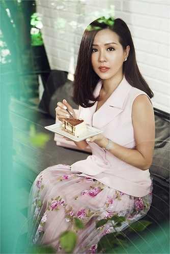 Dù không quá chuyên nghiệp trong từng shoot ảnh nhưng một hình ảnh người phụ nữ đẹp mặn mà, cá tính vẫn toát ra được từ con người của Hoa hậu Thu Hoài.