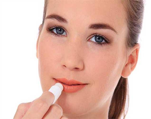 Môi nứt nẻ: Khi đôi môi của bạn nứt nẻ có thể là do bạn thiếu nước trong cơ thể, cũng có thể là do rối loạn chức năng tuyến giáp hoặc dị ứng thuốc. Mặt khác, nếu khô môi nứt nẻ đi kèm với khô miệng, da khô và đau khớp, có thể là bạn có vấn đề gan