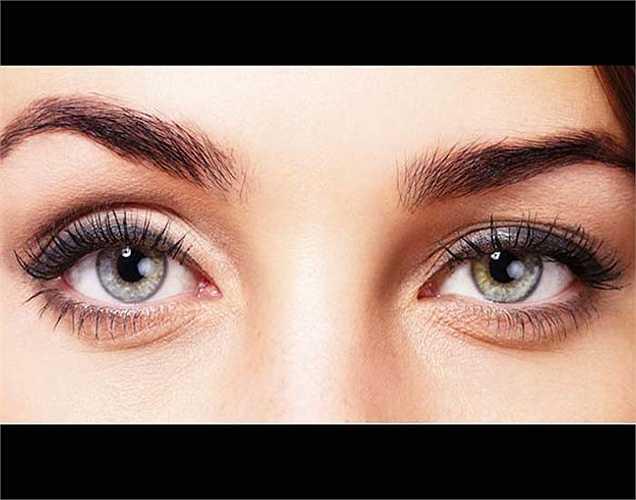 Phát ban ở mũi, dưới mắt: Phát ban dưới mắt hoặc trên mũi có thể là một dấu hiệu của bệnh lupus. Đây là một vấn đề sức khỏe gây suy yếu hệ thống miễn dịch và có thể gây hại cho khớp, da, thận, tim, phổi và não.