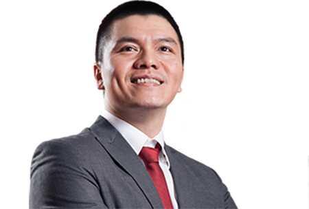 Trainer Phạm Ngọc Anh – CEO Công ty đào tạo VietFuture khẳng định không nhất thiết phải dùng ví dụ đi trên thủy tinh để dạy trẻ lòng dũng cảm