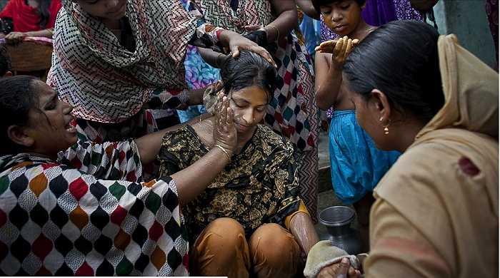 Bị ép cưới ở tuổi 15, cô dâu nhí không thể cảm thấy hạnh phúc trong ngày trọng đại của cuộc đời. Những hình ảnh do nhiếp ảnh gia Allison Joyced quá trình tổ chức đám cưới ở Bangladesh