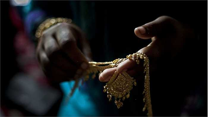 Trang sức bằng vàng được chuẩn bị để trang điểm cho cô dâu