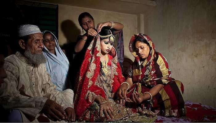 Nasoin Akhter ngồi thất thần khi mọi người trong gia đình đang trang điểm cho cô
