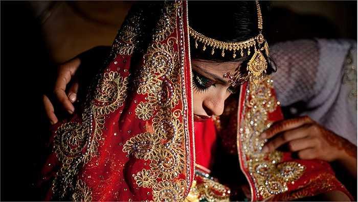 Khuôn mặt cô dâu hiện rõ nỗi buồn, sự sợ hãi, lo lắng