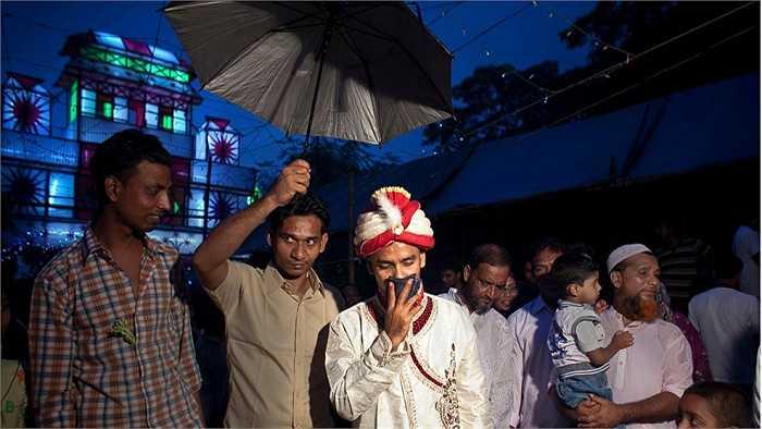 Chú rể Mohammad Hasamur Rahman, 32 tuổi, đến rước dâu