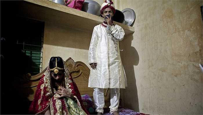 Cả hai trở thành vợ chồng dưới sự sắp đặt của gia đình