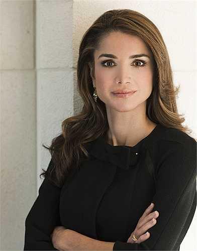 """Đương kim hoàng hậu Jordan, Rania Al Yassin từng là nhân viên của Apple tại Amman nhưng cuộc đời cô bước sang một trang mới khi gặp hoàng tử Abdullah II khi tham dự một bữa tiệc và phải lòng nhau. Một tháng sau khi hoàng tử Abdullah lên ngôi năm 1999, hai người chính thức trở thành vợ chồng và có với nhau bốn """"bảo bối nhỏ""""."""