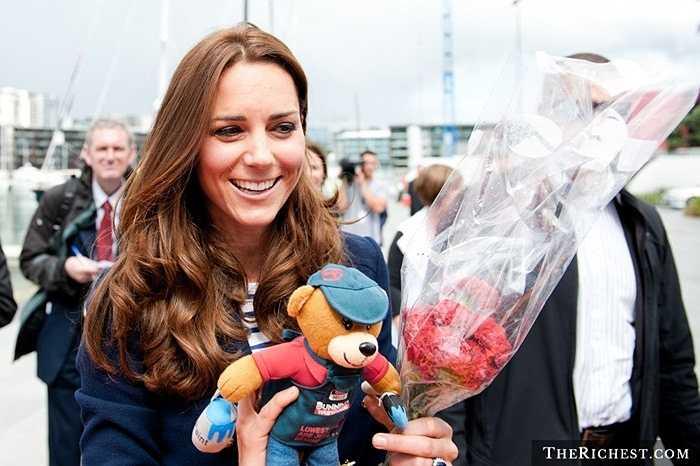Kate Middleton xứng đáng là người viết nên câu chuyện cổ tích thời hiện đại. Cô gặp hoàng tử William năm 2001 khi cả hai là sinh viên đại học St. Andrews, Scotland. Trải qua cuộc tình sóng gió hơn 10 năm, cặp đôi quyết định trao nhau lời thề và đi đến hôn nhân. Hoàng tử William và phu nhân Kate Middleton, nay đã trở thành nữ công tước Anh nhanh chóng ra mắt công chúng. Không lâu sau tiểu hoàng từ George và công chúa Charlotte ra đời.