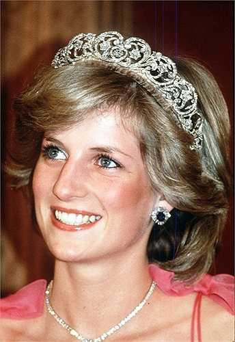 Diana Spencer được biết đến là công chúa xứ Wales khi trở thành vợ của hoàng tử Charles. Charles ban đầu hẹn hò với cô chị Sarah nhưng kết thúc chóng vánh. Sau đó Charles bắt đầu mối quan hệ với Diana khi anh ở tuổi 30 và Diana mới 19. Cặp đôi kết hôn năm 1981 và sinh được hai bé trai. Tuy nhiên cuộc hôn nhân chỉ kéo dài đến năm 1996 do tính đào hoa của Charles. Công chúa Diana  chết trong một vụ tai nạn xe hơi sau đó một năm.