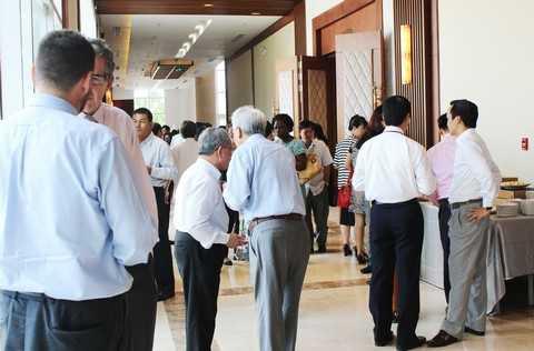 Bên lề Diễn đàn, tại hành lang Hội trường Trung tâm Hội nghị Quốc tế FLC Sầm Sơn, các đại biểu và diễn giả cũng tranh thủ trao đổi chuyên môn và trả lời phỏng vấn báo chí.