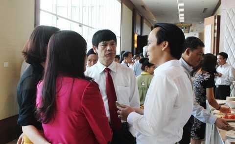 Ông Trịnh Văn Quyết – Chủ tịch Tập đoàn FLC, đơn vị tài trợ địa điểm tổ chức Diễn đàn kinh tế mùa thu 2015 trao đổi với ông Nguyễn Đình Xứng, Chủ tịch UBND tỉnh Thanh Hóa.