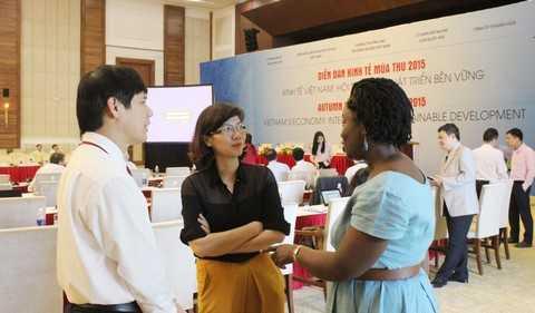 Ông Nguyễn Đình Xứng - Chủ tịch tỉnh Thanh Hóa trao đổi với bàn Victoria Kwakwa – Giám đốc Ngân hàng Thế giới (WB) tại Việt Nam về khả năng WB tài trợ phát triển cho Thanh Hóa.