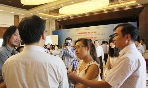 Các phóng viên tranh thủ phỏng vấn chuyên gia bên lề Diễn đàn.