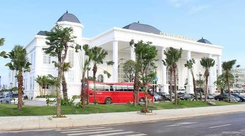 Diễn đàn kinh tế mùa thu 2015 được tổ chức tại Trung tâm hội nghị quốc tế thuộc Quần thể du lịch nghỉ dưỡng sinh thái FLC Sầm Sơn. Đây là một quần thể du lịch lớn nhất khu vực Bắc Trung Bộ và mới được khánh thành đầu tháng 7 vừa qua.
